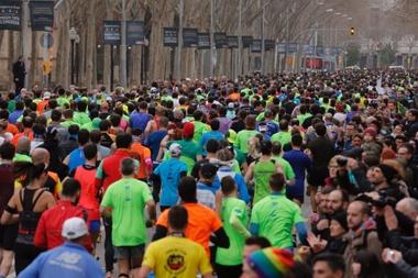 Centenares de personas corren el Maratón de Buenos Aires. EFE