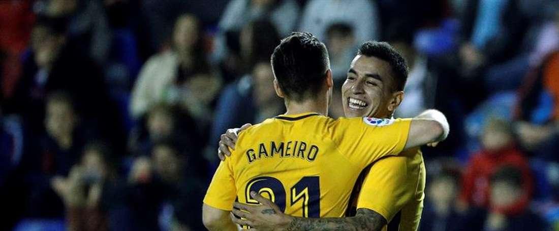 Gameiro celebrates with Correa after scoring against Levante. EFE