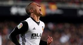 Rodrigo se aleja del Camp Nou. EFE