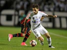 Fotografía tomada el pasado 5 de julio en la que se registró al centrocampista brasileño Lucas Lima, al actuar para el Santos de Brasil, durante un partido de la Copa Libertadores, en Curitiba (Brasil). EFE/Archivo