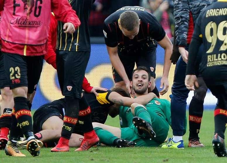 Pin Benevento's goalkeeper Alberto Brignoli celebrates scoring the late  equaliser. EFE