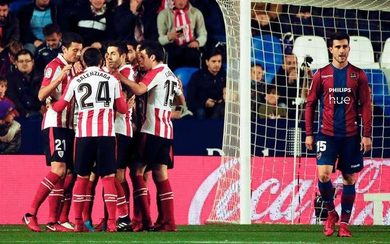Os jogadores do Bilbao celebram o gol de Aduriz. EFE