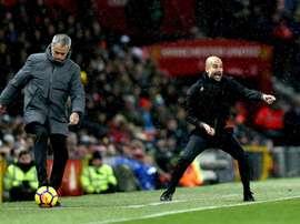 Pep Guardiola y José Mourinho representan la máxima rivalidad en los banquillos. EFE/EPA/Archivo
