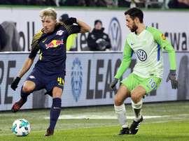 Malli (à direita na imagem) apontou o gol do triunfo dos 'lobos'. EFE