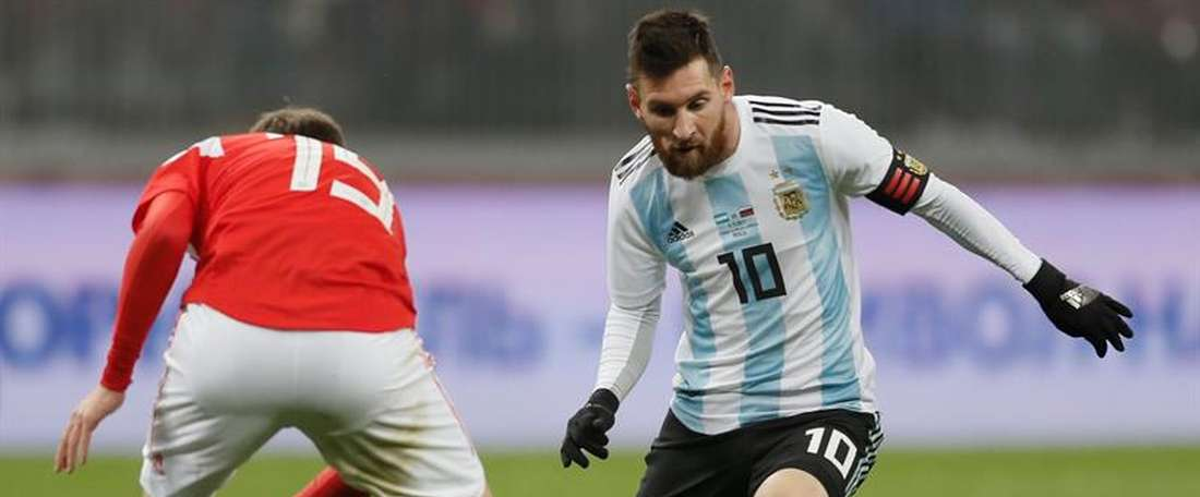 Daler Kuzyayev (L) of Russia fights for the ball with Lionel Messi (R) of Argentina during their international friendly soccer match at Luzhniki stadium in Moscow, Russia, 11 November 2017.  EFE/EPA/Archivo