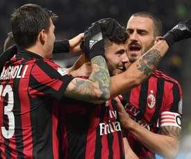 Cutrone celebra com os companheiros o gol apontado ao Verona. EFE