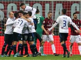 Os jogadores da Atalanta celebram o gol de Bryan Cristante. EFE/EPA