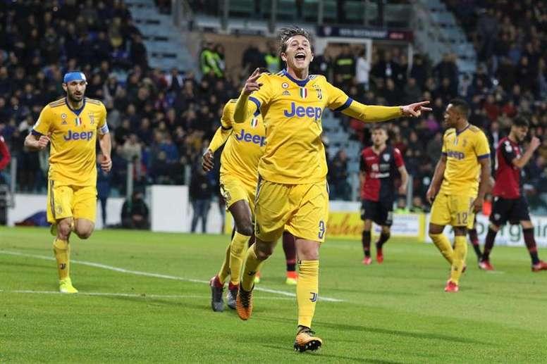Bernardeschi celebra o gol apontado e que valeu os três pontos à Juve. EFE