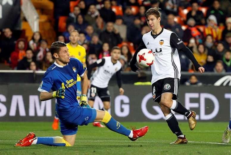 La historia da una ligera ventaja al Valencia en el choque copero con el Alavés. EFE