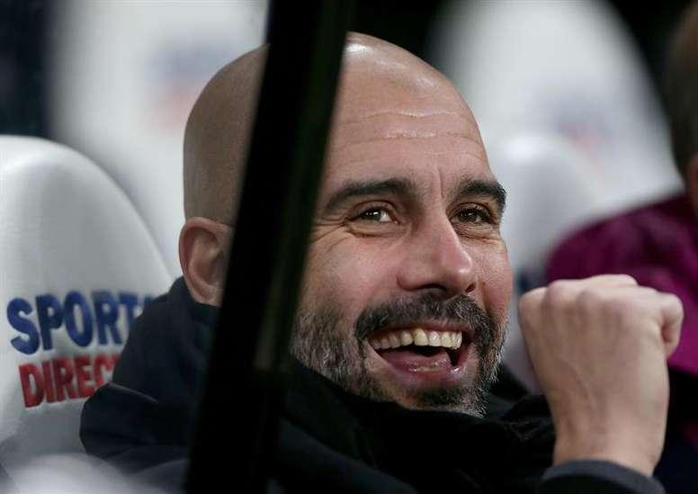 Pep Guardiola sigue buscando grandes jugadores para reforzar más su candidatura. EFE