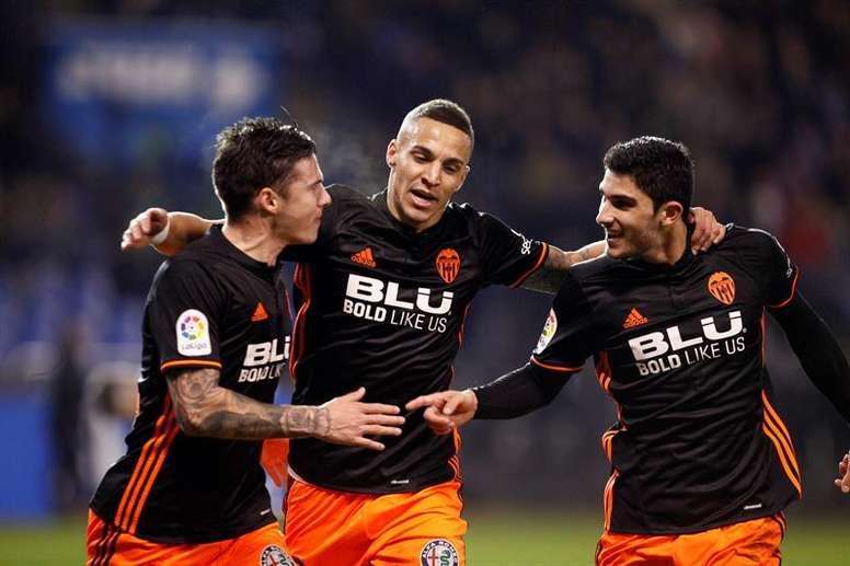 Santi Mina (d) y Rodrigo (c) suman cuatro amarillas esta temporada. EFE/Archivo