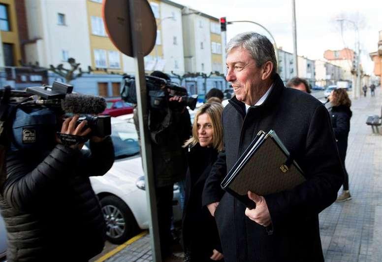 Felicidad en Raúl Calvo y su abogado tras la decisión de liberarle de prisión. EFE