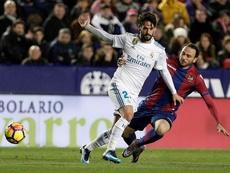 Pazzini fue muy felicitado tras su gol ante el Madrid. EFE