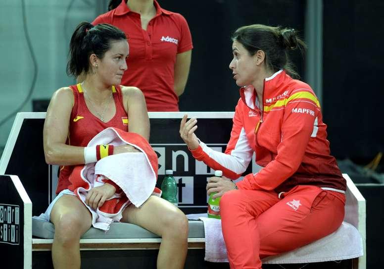 Fotografía facilitada por la RFET de la tenista española Lara Arruabarrena (i) junto a la capitana Anabel Medina, en el partido ante la italiana Carla Errani de la eliminatoria de Copa Federación. EFE/RFET