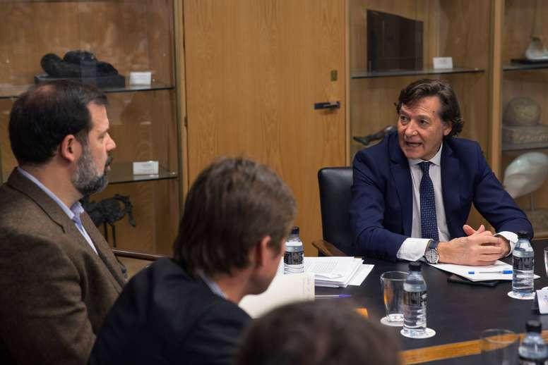 El secretario de Estado y exjugador de baloncesto, José Ramón Lete (d) conversa con el presidente de la Asociación de Baloncestistas Profesionales (ABP), Alfonso Reyes, durante la reunión que han mantenido esta mañana la Asociación de Clubes de Baloncesto (ACB) y la ABP, en el Consejo Superior de Deportes de Madrid, con el objetivo de avanzar hacia un acuerdo en el Convenio Colectivo, cuya negociación ha conducido a la convocatoria de una huelga de jugadores. EFE