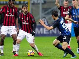 El jugador Suso (c) del Milan en acción ante Yuto Nagatomo (d). EFE/Archivo