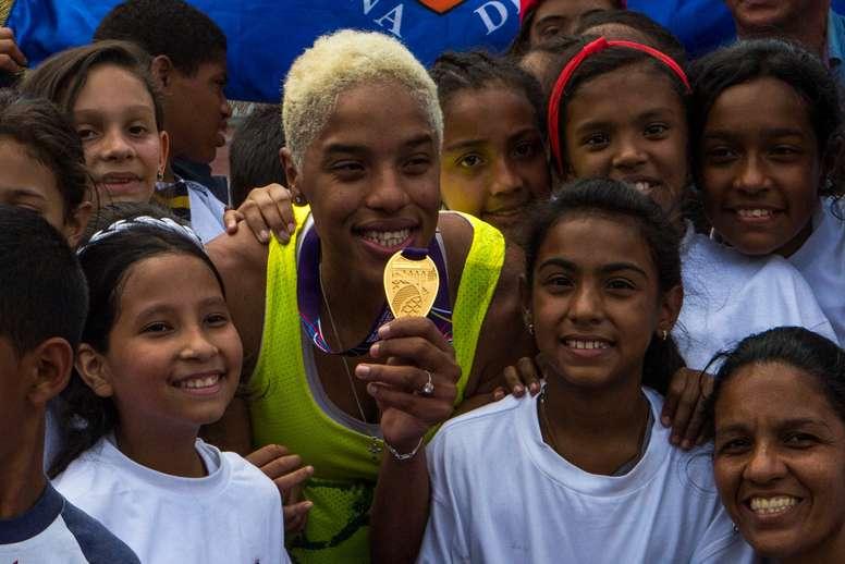 La venezolana Yulimar Rojas muestra la medalla de triple salto ganada en los mundiales de sala de Birmingham, este jueves, 8 de marzo de 2018, en Caracas (Venezuela). EFE