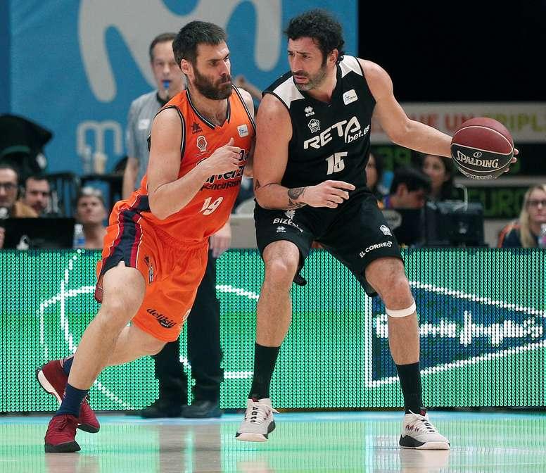 El alero de Valencia Basket, Fernando San Emeterio (i), defende al jugador del Retabet Bilbao, Alex Mumbrú, durante el encuentro correspondiente a la jornada 22 de la liga ACB que disputan esta tarde en el pabellón municipal Fuente de San Luis, en Valencia. EFE