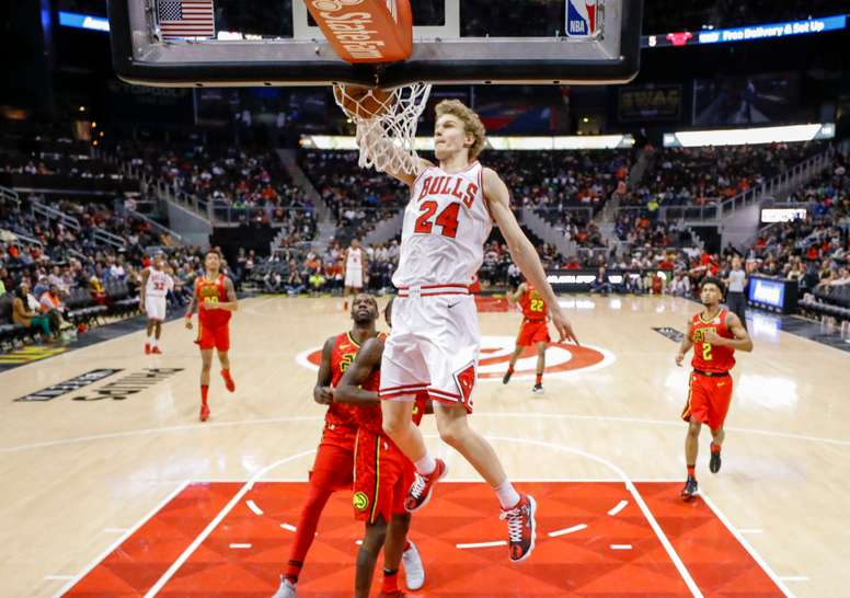 Chicago Bulls forward Lauri Markkanen of Finland dunks against the Atlanta Hawks during the second half of the NBA basketball game between the Chicago Bulls and the Atlanta Hawks at Philips Arena in Atlanta, Georgia, USA, 11 March 2018. The Bulls defeated the Hawks. EFE
