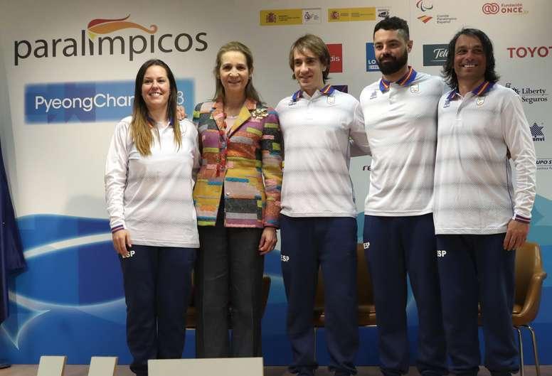 La Infanta Elena (2i) junto a miembros del Equipo Paralímpico Español durante el acto de despedida antes de viajar a los Juegos Olímpicos de Pyeongchang. EFE/Archivo