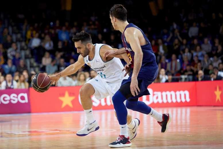 El base argentino del Real Madrid Facundo Campazzo (i) intenta superar al base francés del Barcelona Lassa, Thomas Heurtel, durante el partido de la jornada 22 de Liga Endesa ACB disputado ayer en el Palau Blaugrana. EFE
