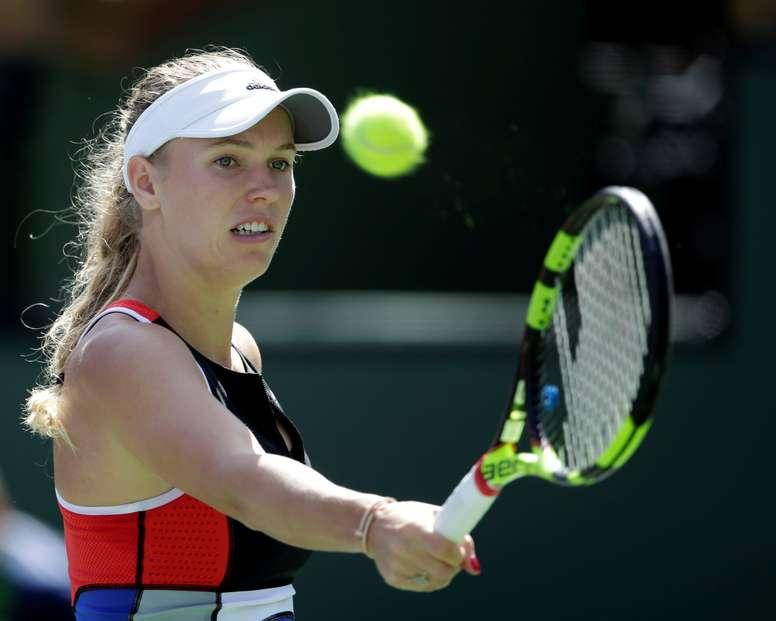 La tenista danesa Caroline Wozniacki devuelve la bola a la bielorrusa Aliaksandra Sasnovich durante el partido del torneo de Indian Wells, California, EE.UU., el 12 de marzo del 2018. EFE