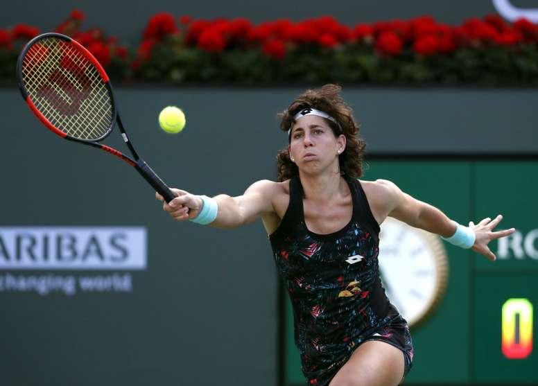 Carla Suarez Navarro de España responde una bola ante Elina Svitolina de Ucrania hoy, lunes 12 de marzo de 2018, durante un juego en el Abierto de Tenis de Indian Wells, California (EE.UU.). EFE