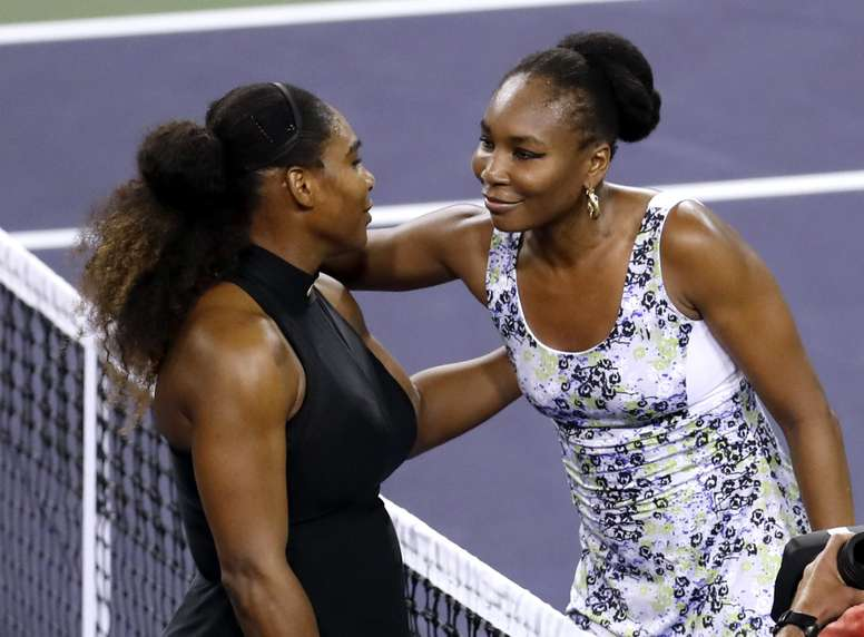 Las hermanas Serena (i) y Venus Williams (d) fueron registradas este lunes, después de su encuentro en el Abierto de Tenis de Indian Wells (California, EE.UU.). Venus se impuso 6-3 y 6-4 y accedió a laso octavos de final del certamen. EFE
