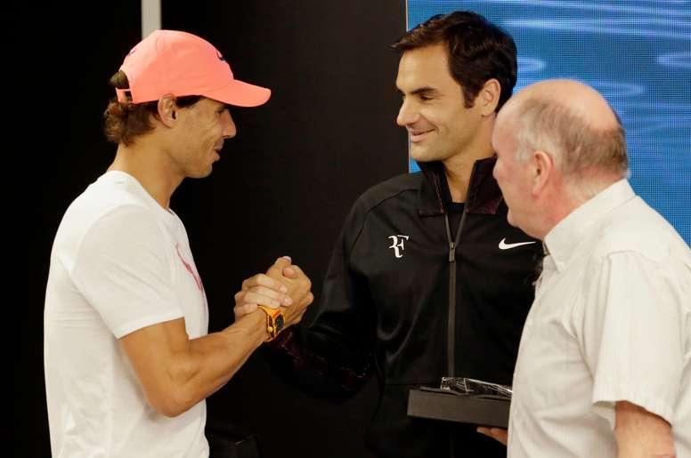 Los tenistas Rafael Nadal (i) y Roger Federer (c), en una imagen de archivo. EFE/Archivo