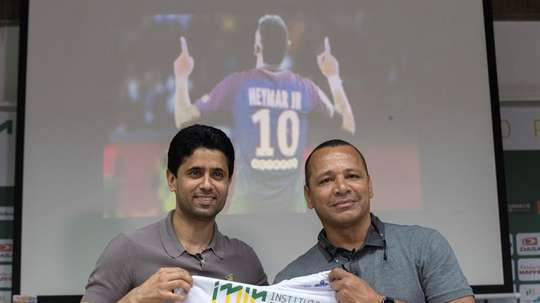 Neymar's father could be key to his transfer. EFE