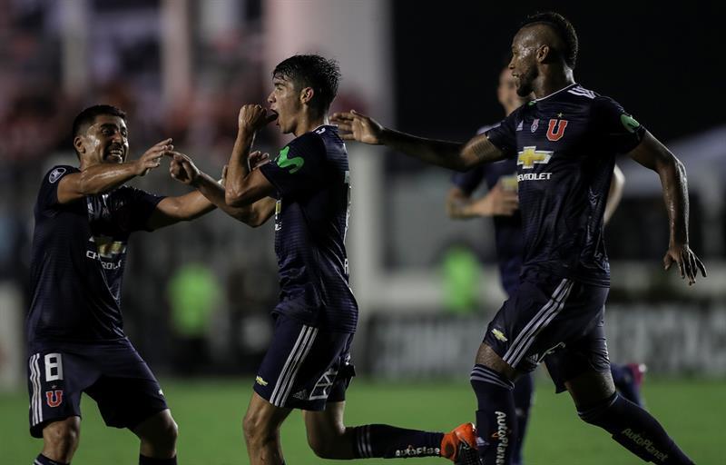 La U queda como puntera tras derrotar 2-1 a Curicó Unido