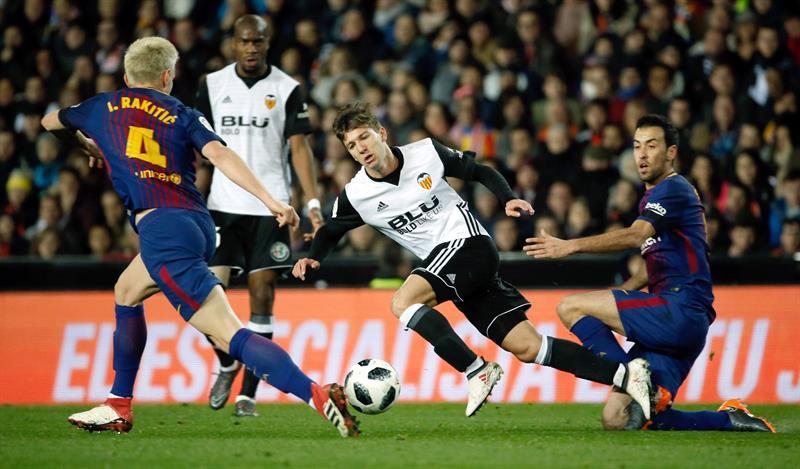 Sin convencer, el Barcelona derrota al Valencia y acaricia el título