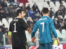 Buffon si congratula con Ronaldo. EFE