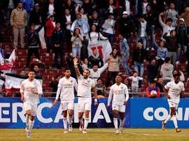 Hernán Barcos (centro) comemorando um gol pela LDU. EFE