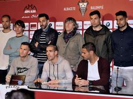 El Albacete arropó a su jugador. EF