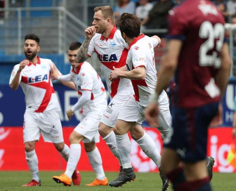 Guidetti le dio tres puntos al Alavés. EFE