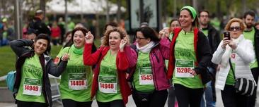 Un grupo de mujeres participa en la V Carrera AECC Madrid en Marcha contra el Cáncer, hoy en el Paseo de Recoletos de Madrid. EFE