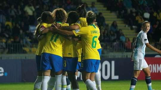 Brasil y Argentina golpearon primero en la fase final de la Copa América. EFE