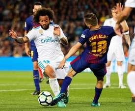 Marcelo e Jordi Alba dividindo a bola. EFE