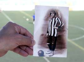 Nita Carmona entraba al campo como mujer, pero saltaba al campo como varón. EFE