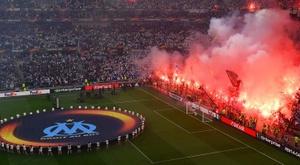 Las aficionados del Olympique de Marsella encendieron bengalas en la final de la Europa League. EFE