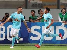 Emanuel Herrera (d) tiene contrato con Sporting Cristal hasta diciembre de 2019. EFE/Archivo