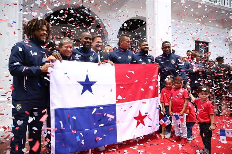 Juan Carlos Varela (c) quiso apoyar a la Selección de Panamá en su debut mundialista. EFE/Archivo