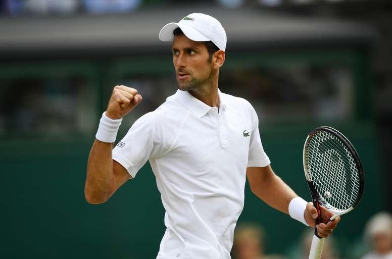 El tenista serbio Novak Djokovic se enfrenta al nipón Kei Nishikori durante su partido de cuartos de final del torneo de tenis de Wimbledon, en Londres (Reino Unido) hoy. EFE