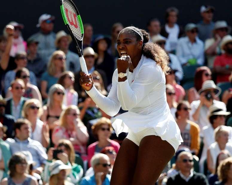 La tenista estadounidense Serena Williams ayer durante un partido de cuartos de final del torneo de Wimbledon, en Londres, Reino Unido. EFE