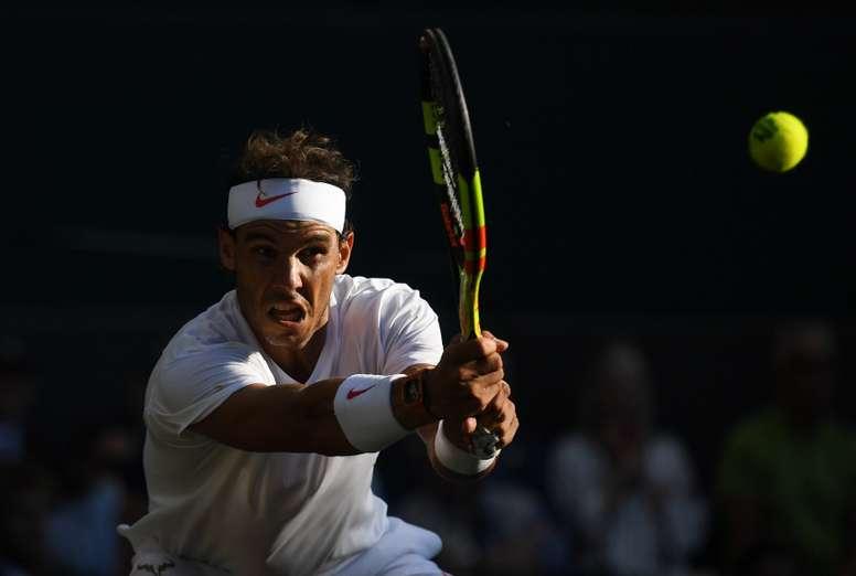 El tenista español Rafael Nadal devuelve la bola al argentino Juan Martín del Potro durante su partido de cuartos de final del torneo de tenis de Wimbledon, en Londres (Reino Unido) hoy. EFE