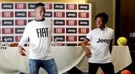 Los futbolistas 'cafeteros' se arrancaron a bailar en un acto publicitario. EFE