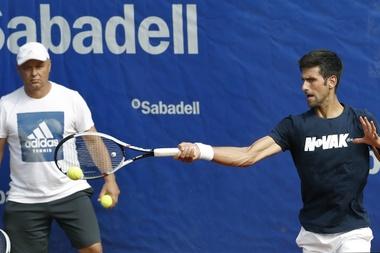 El tenista serbio Novak Djokovic (d) durante un entrenamient junto a su nuevo técnico Marian Vajda (i). EFE/Archivo