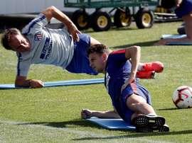 Santiago Arias (r) has attracted Everton's attention. EFE