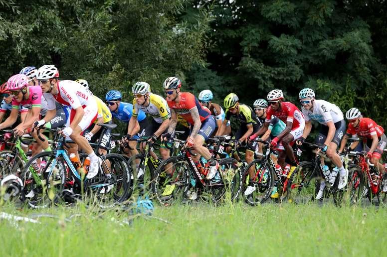 El pelotón avanza durante la quinta etapa del Tour de Polonia, un recorrido de 152km entre Wieliczka a Bielsko-Biala, a su paso por Kozmice Wielkie (Polonia). EFE